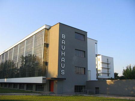 800px-Bauhaus-Dessau_main_building