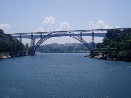 Puente María Pía, 1877, Oporto, Portugal.  Constituido por un doble arco de hierro que sostiene una única vía de ferrocarril por medio de pilares que refuerzan todo el puente. Su construcción estuvo concluida en menos de 2 años. Fue el primer puente en arco ferroviario que unió las dos riberas del Duero. Se mantuvo en uso hasta 1991, cuando fue reemplazado por el puente de San Juan.