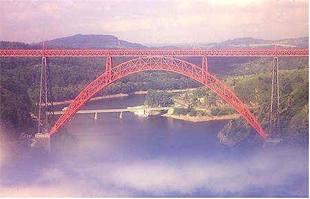Viaducto de Garabit, 1882, Garabit (Aubergne), Francia. Obra que combina una gran artesanía junto a un elegante diseño. Durante un tiempo fue el puente más alto del mundo.